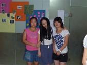 学生与庆子合影